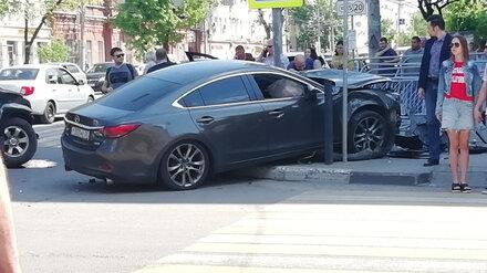 В центре Воронежа Mazda вылетела на тротуар после ДТП