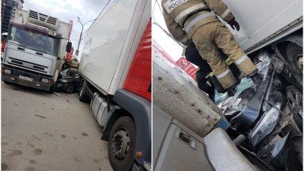 В Воронеже водитель BMW угодил под два грузовика: пострадали двое