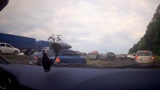 Многокилометровая пробка на трассе М-4 «Дон» в Лосево распространилась на поля