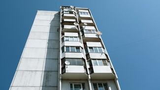 В Воронеже из окна многоэтажки выпал 21-летний парень