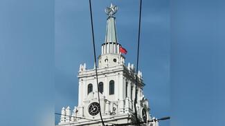 На башне ЮВЖД в Воронеже установили Знамя Победы