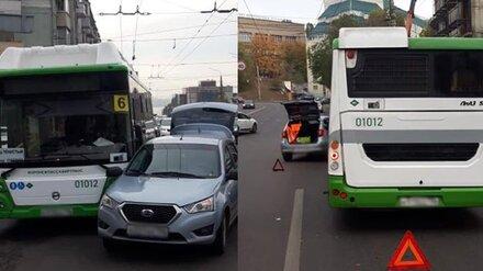 В центре Воронежа пенсионерка на иномарке врезалась в автобус: пострадал пассажир