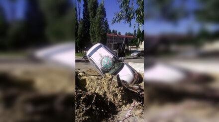 В Воронеже машина после ДТП угодила в траншею