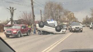 Иномарка опрокинулась на крышу после ДТП с такси в Воронеже