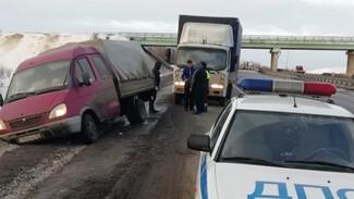 В Воронежской области спасли застрявшую на заснеженной трассе семью с 3 маленькими детьми