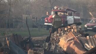 Сельчане с вёдрами помогали спасателям тушить крупный пожар в воронежском селе