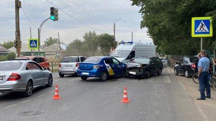 В Воронеже при столкновении такси и иномарки пострадали две женщины