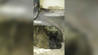 В центре Воронежа провалился асфальт в арке у жилого дома: появилось видео