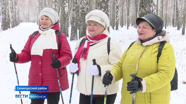 Семилукские пенсионеры занялись скандинавской ходьбой