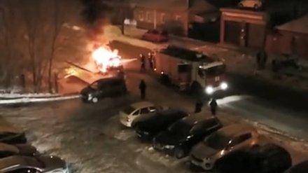 Возле многоэтажки в Воронеже ночью вспыхнул автомобиль