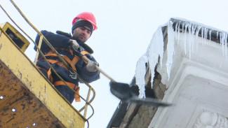 Крыши в центре Воронежа очистят от снега только в конце зимы