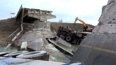 Один из пострадавших при обрушении моста в Воронежской области умер в больнице
