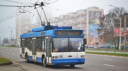 В Воронеже слесарь серьёзно пострадал при падении с крыши троллейбуса