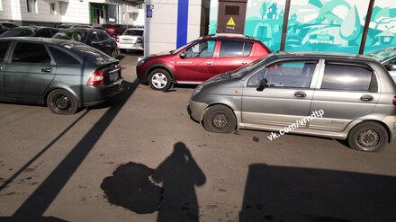 В Воронеже неизвестный проколол колёса неправильно припарковавшимся машинам