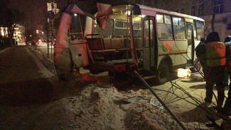 В Воронеже маршрутку разорвало после столкновения с припаркованной «Газелью»