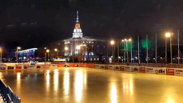 В Воронеже заработал каток на площади Ленина