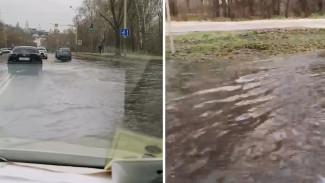 На дороге у набережной в Воронеже случился потоп: появилось видео