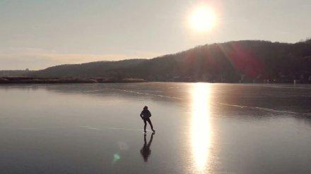 Воронежец снял эффектное видео о катании на коньках по прозрачному льду водохранилища