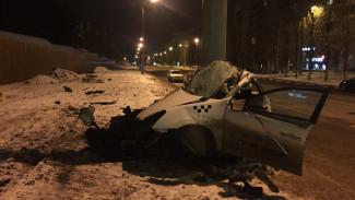 В Воронеже такси на скорости врезалось в столб: погиб водитель