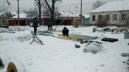 Новую детскую площадку в воронежском дворе начали устанавливать в снег