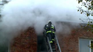 В Воронеже спасателям при тушении крупного пожара пришлось проломить крышу 4-этажки