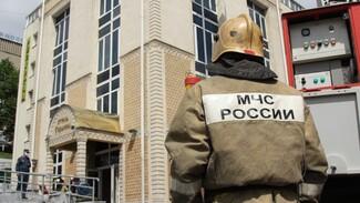 Несколько пожарных машин съехались к отелю в центре Воронежа
