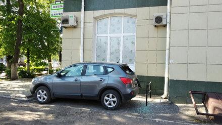 Часть фасада высотки у Девицкого выезда в Воронеже обрушилась на припаркованное авто