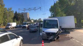 Маршрутка и 6 машин столкнулись в Воронеже: есть пострадавшие