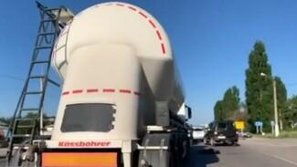 Воронежское МВД проверит видео с выбросившим женщину на трассу водителем фуры