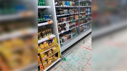 В супермаркете под Воронежем на покупателей обрушилось разбившееся стекло холодильника