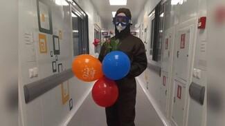 Медики поздравили с Днём Победы попавших в больницу из-за ковида ветеранов