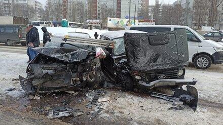 В Воронеже при столкновении «Нивы» и Toyota пострадали трое взрослых и ребёнок