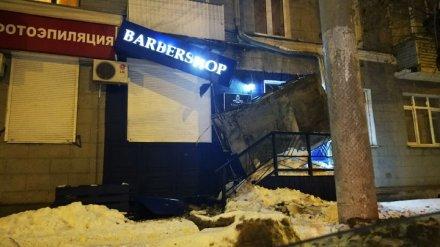 В Воронеже после работы коммунальщиков над входом в барбершоп упал козырёк