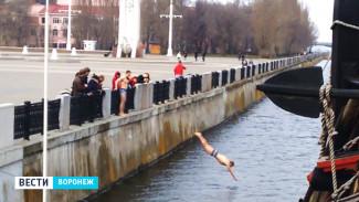 Купальный сезон в Воронеже открыт двумя отчаянными молодыми людьми
