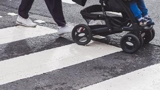 В Воронеже водитель сбил девушку с коляской и скрылся