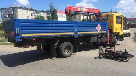 В Воронежской области молодой водитель мопеда разбился в ДТП с грузовиком