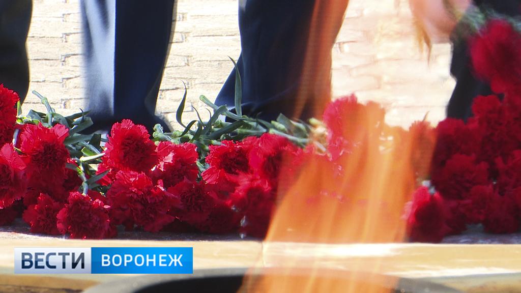 В Воронеже накануне Дня защитника Отечества к Вечному огню несли цветы