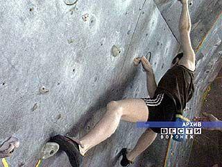 200 спортсменов участвуют в соревнованиях по скалолазанию