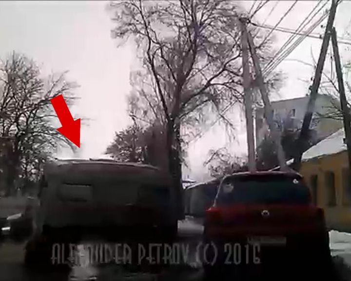 ВИДЕО: В Воронеже посреди проезжей части неизвестные бросили кабину от «КамАЗа»