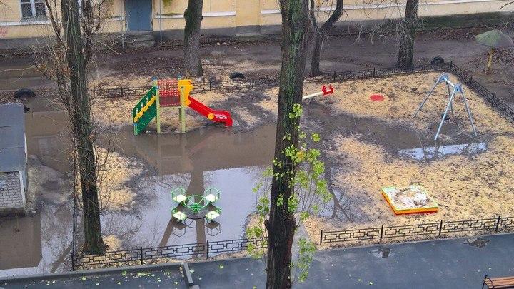 Карусель посреди лужи. Общественники оценят качество благоустройства воронежских дворов