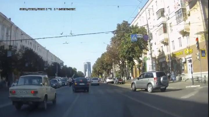 В центре Воронежа иномарка сбила велосипедиста: момент ДТП попал на видео