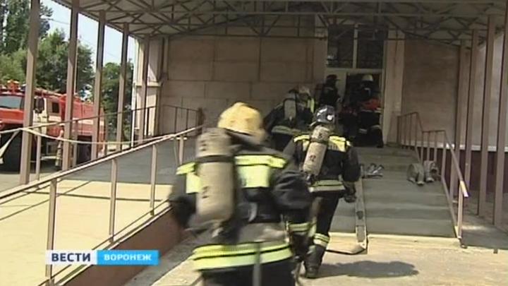 Очевидцы: К воронежской БСМП съехалось больше 10 пожарных машин