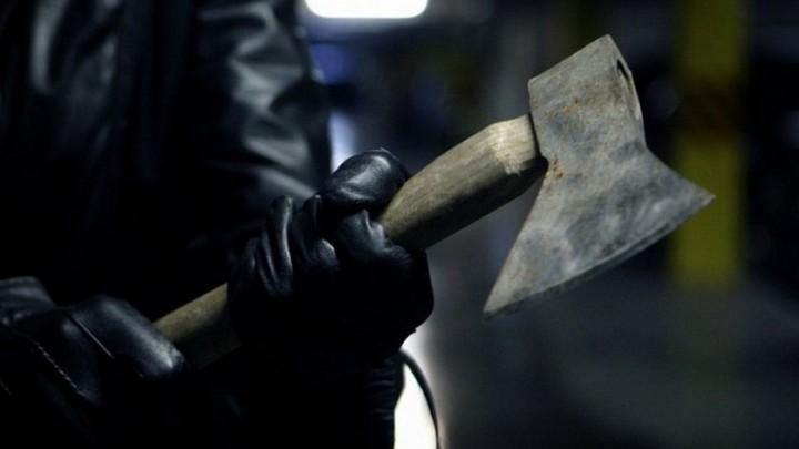 Бегавший в воронежском супермаркете с топором и ножом мужчина умер после задержания