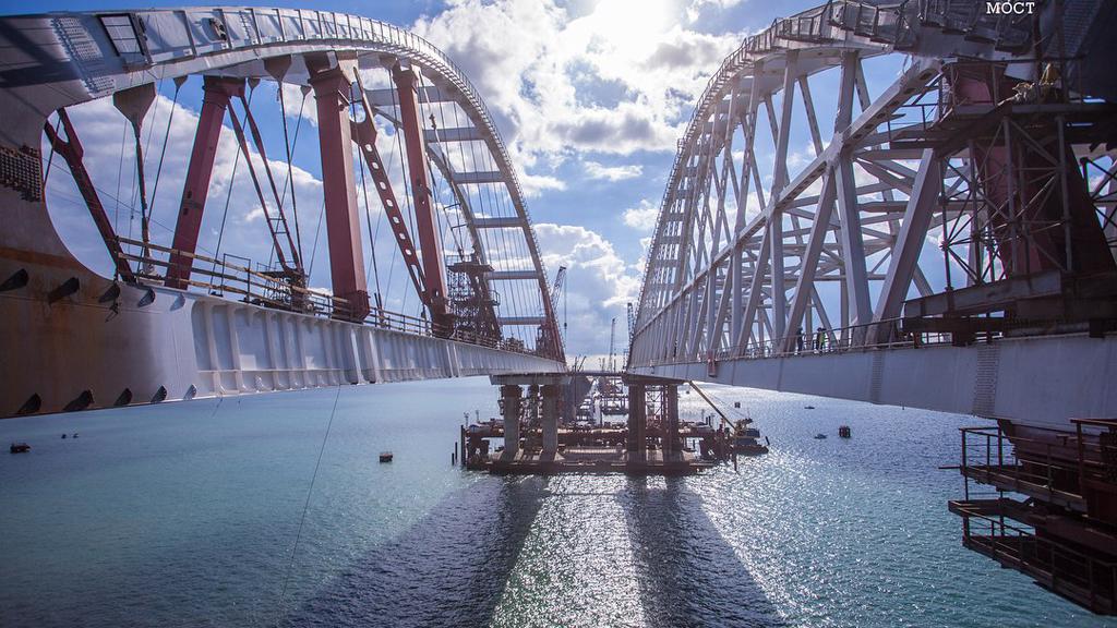 Изготовленную в Воронеже автомобильную арку Крымского моста подняли на опоры