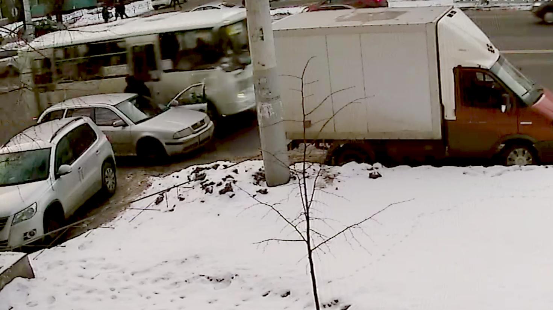 В Воронеже маршрутка снесла дверь иномарки: видео появилось в сети