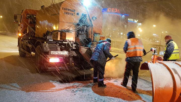 Управа прокомментировала дорожные работы в Воронеже во время снегопада
