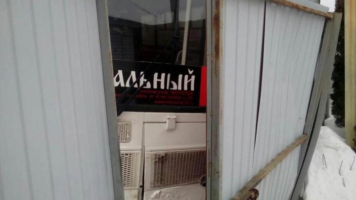 В Воронежской области катафалк врезался в ворота: погиб водитель