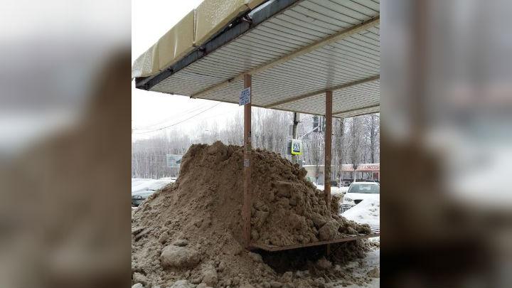 В Воронеже чистившие парковку коммунальщики завалили остановку снегом