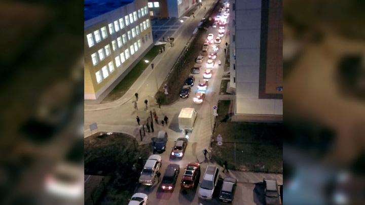 После открытия новой школы во дворах воронежского ЖК появились огромные пробки