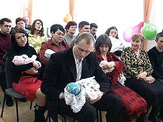 6 пар двойняшек получили свидетельства о рождении